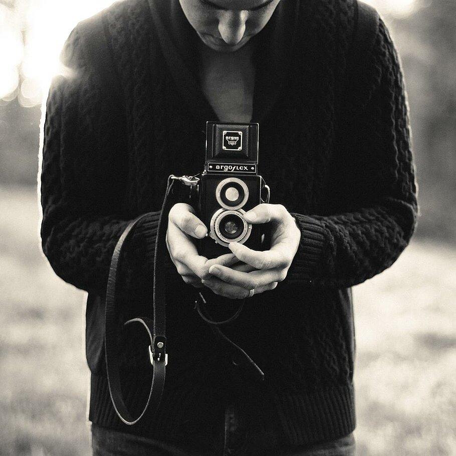 Junger Mann mit einem Fotoaparat